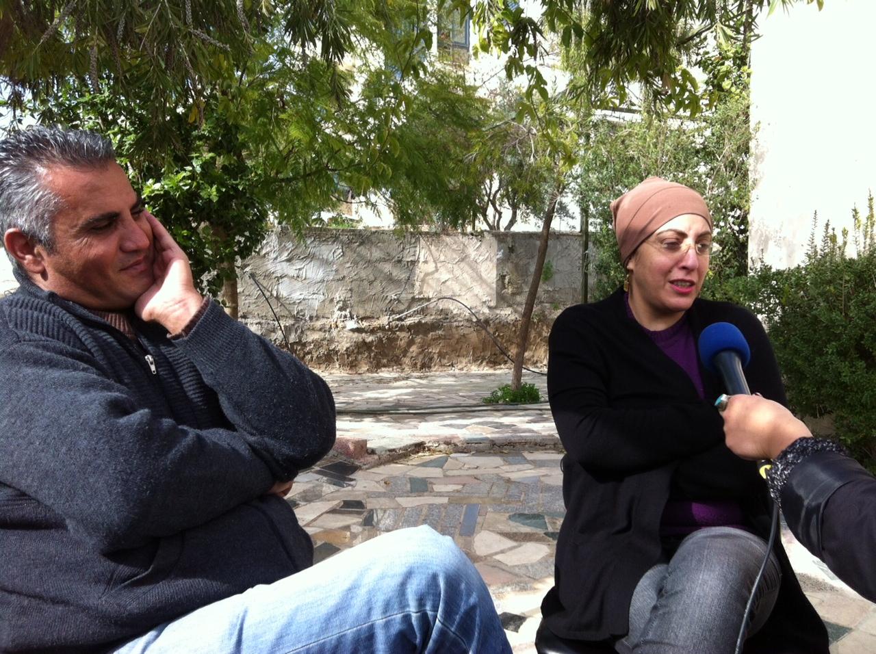 Emad Burnat et sa femme dans leur jardin de Bilin - février 2013 www.merblanche.com all rights reserved
