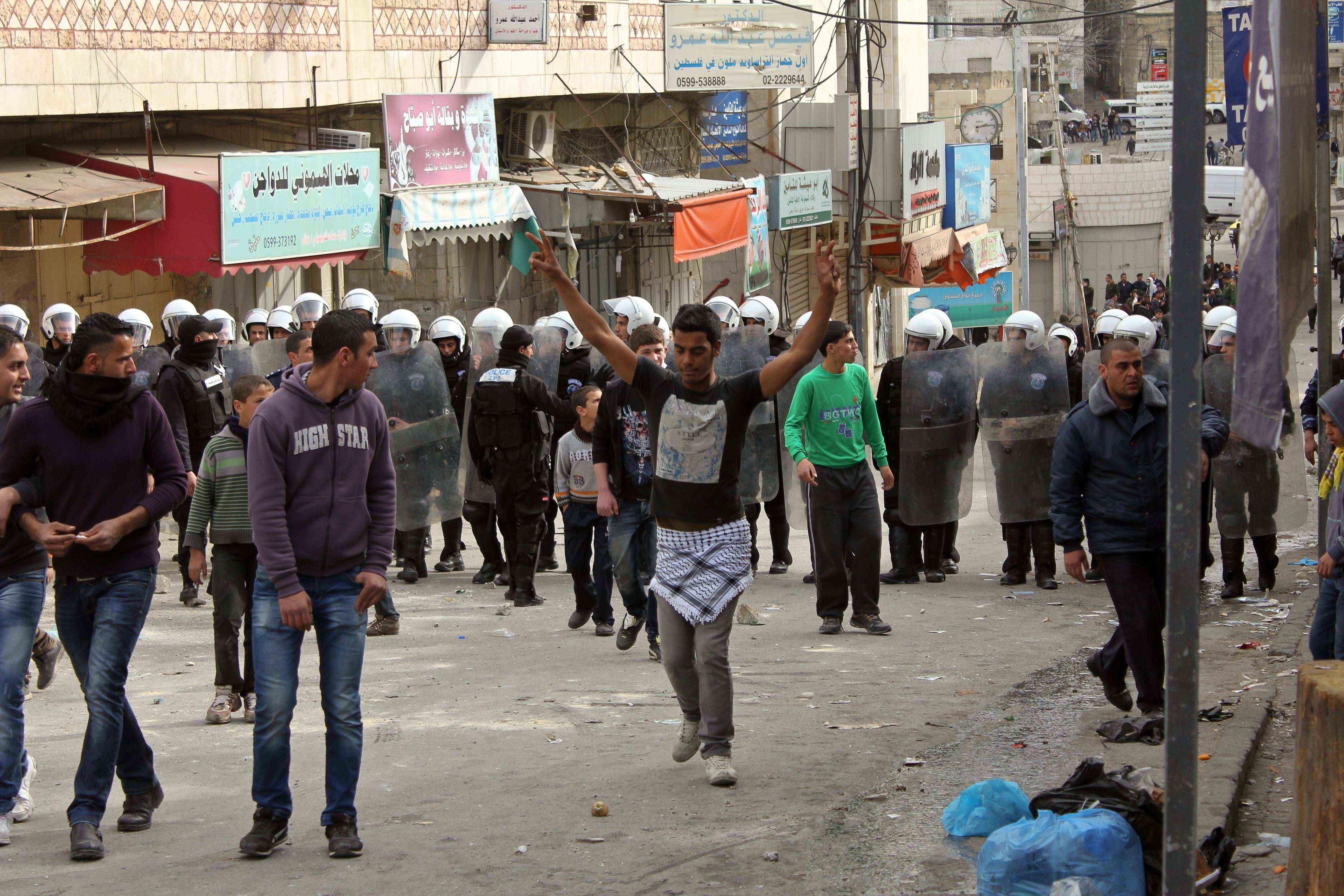 La police palestinienne s'interpose entre l'armée israélienne et les manifestants. Hébron, 22 février 2013 www.merblanche.com allrights reserved