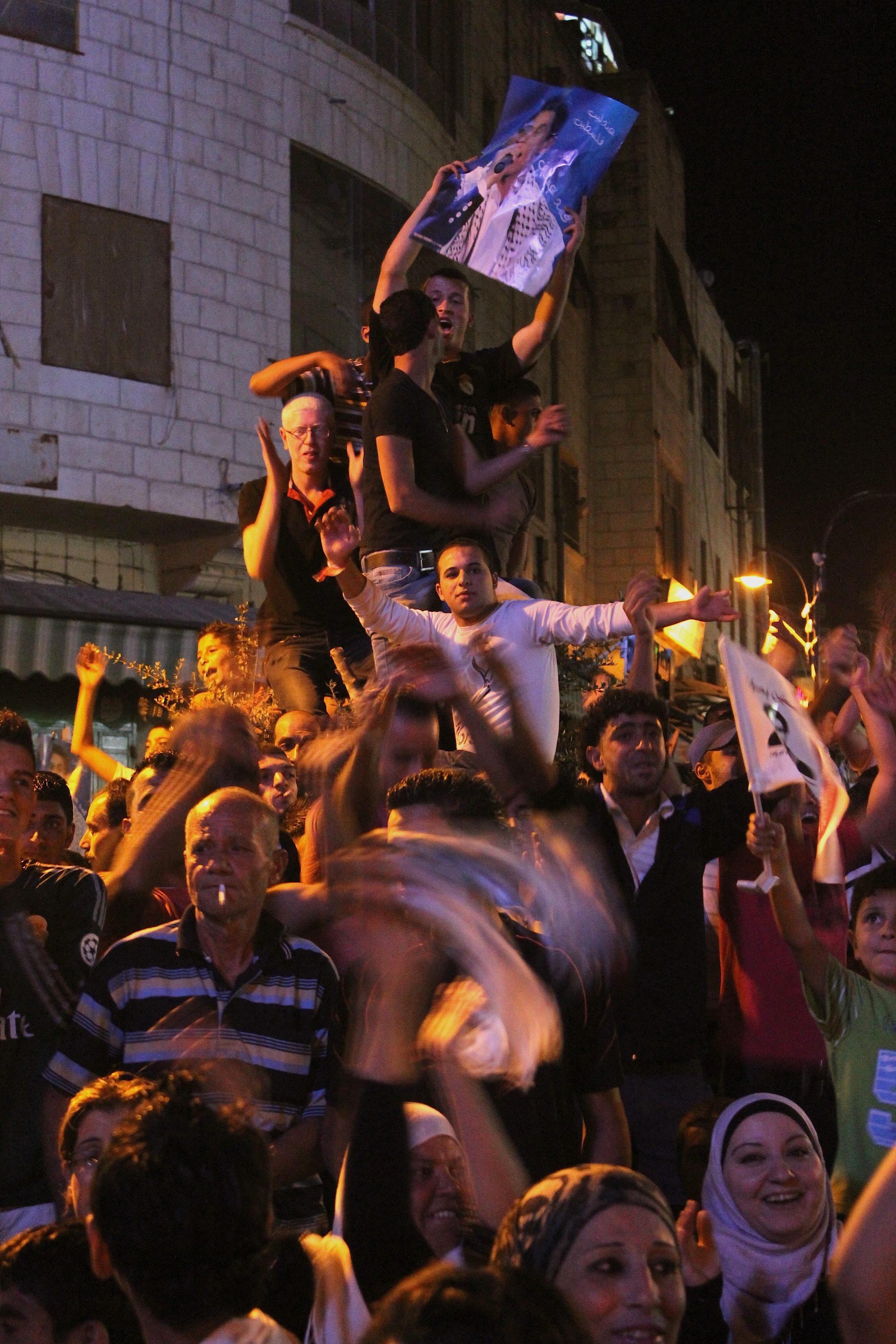 Des centaines de Palestiniens rassemblés dans le centre-ville de Ramallah pour suivre en direct l'annonce des résultats de la finale d'Arab Idol le 22 juin 2013 www.merblanche.com all rights reserved