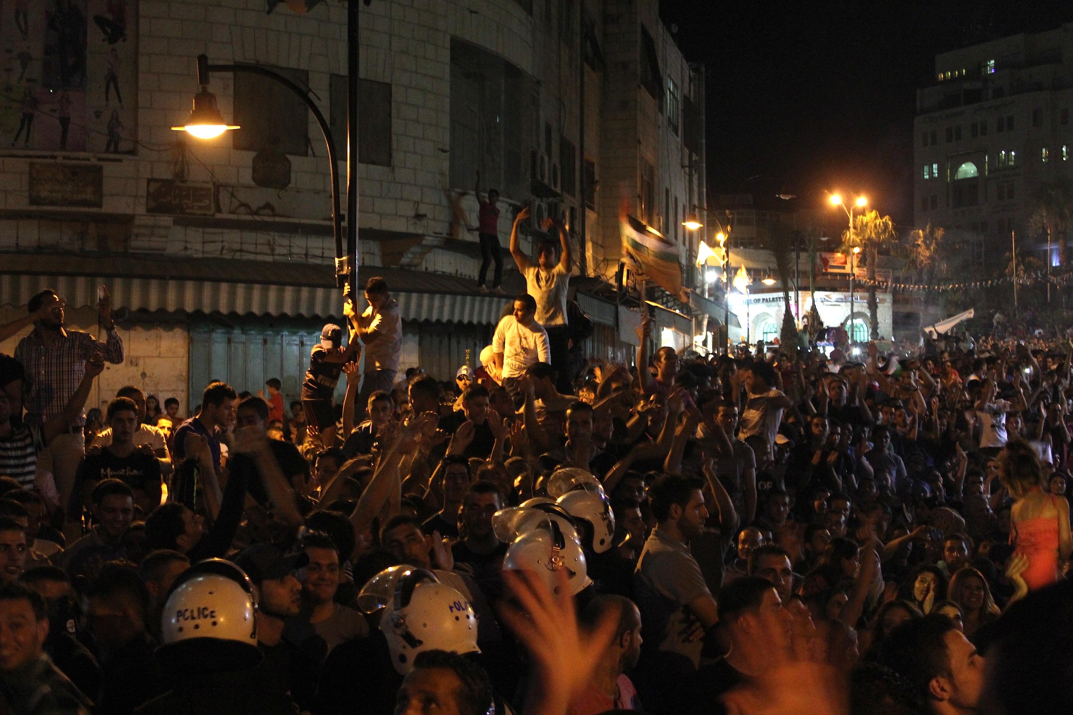 La police palestinienne déployée pour contenir la foule le soir de l'annonce des résultats de la finale d'Arab Idol, Ramallah, 22 juin 2013 www.merblanche.com all rights reserved