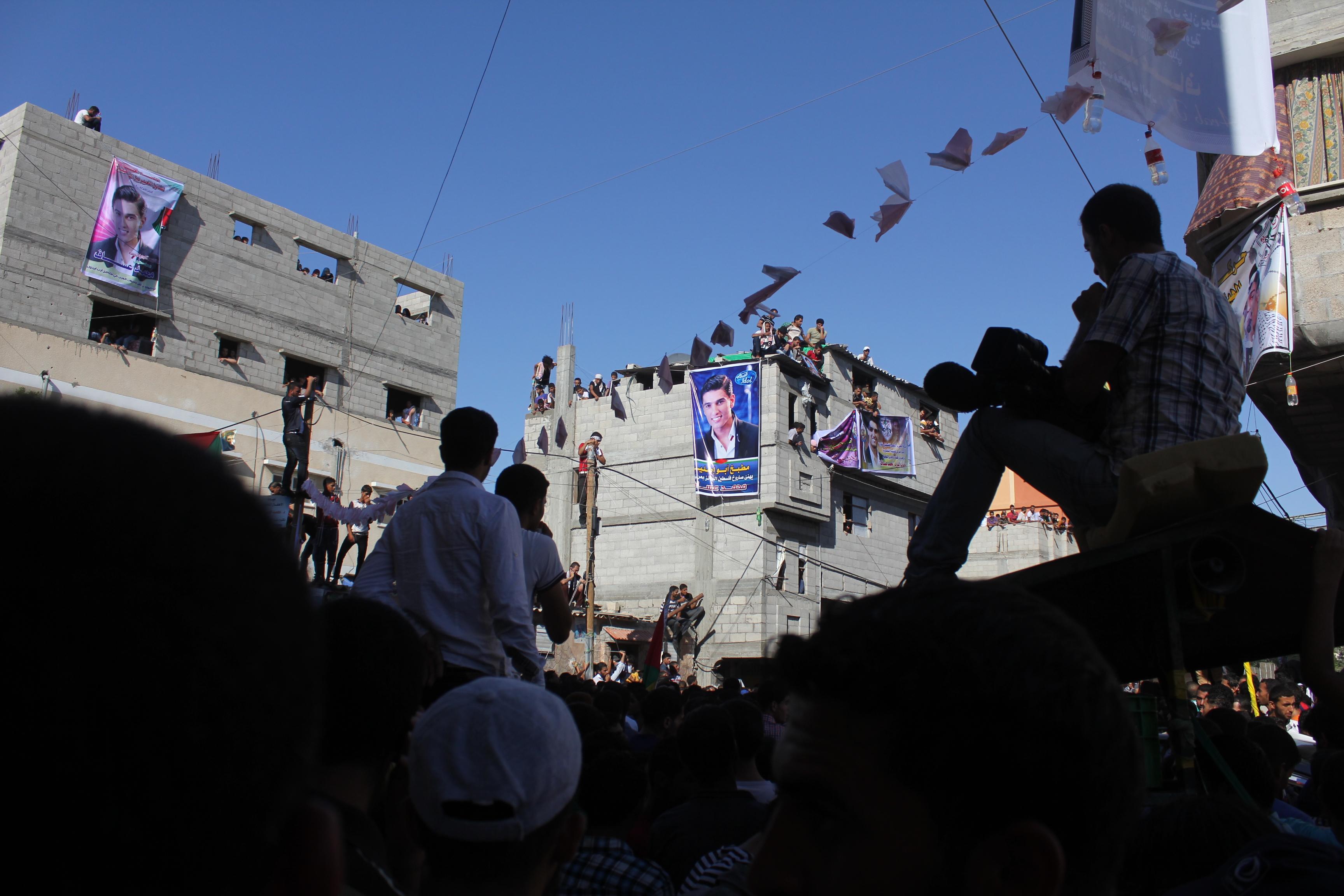 Des centaines de Gazaouis massés devant la maison de Mohammed Assaf à Khan Younes, Bande de Gaza www.merblanche.com all rights reserved