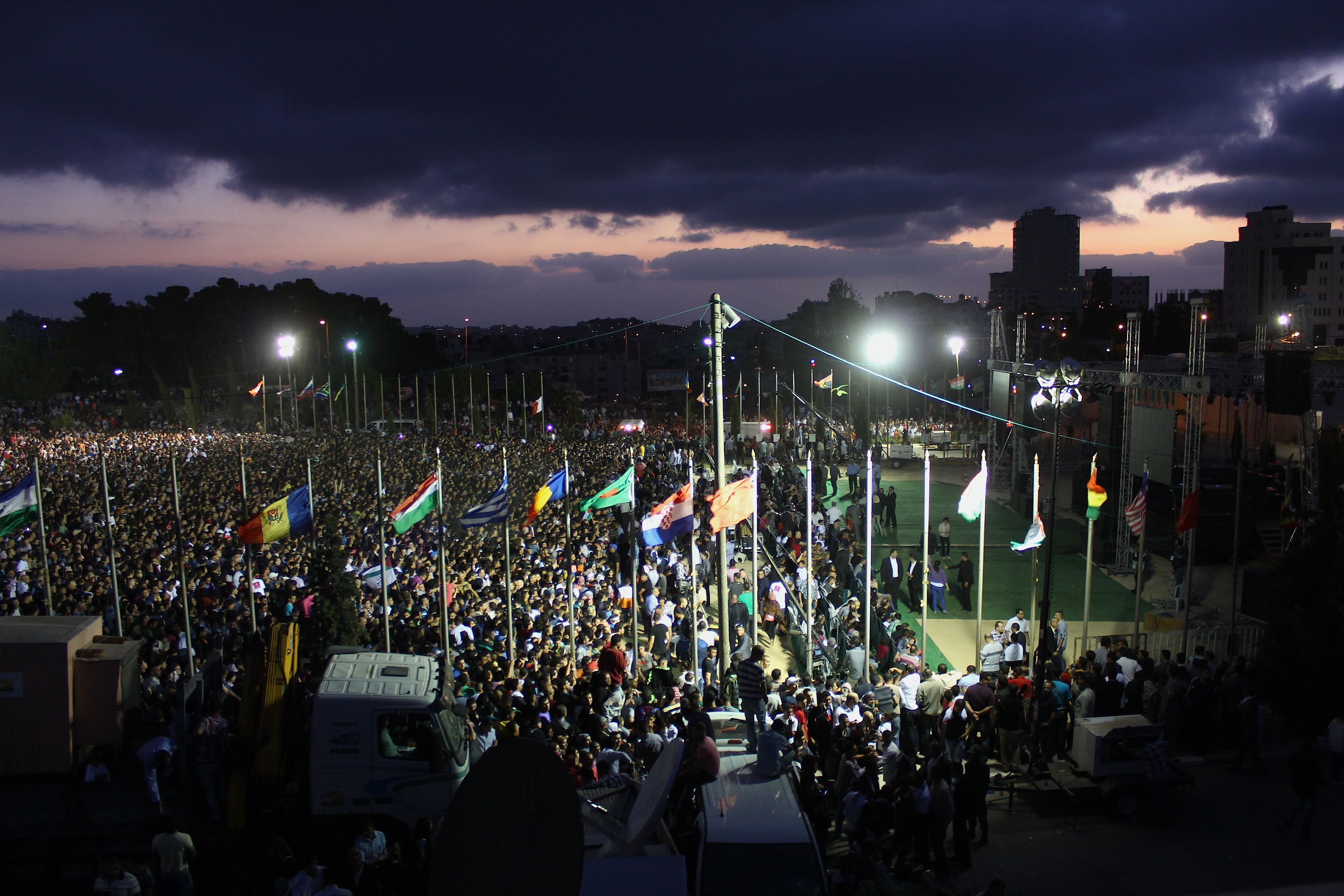 Des milliers de personnes devant le palais présidentiel à Ramallah pour écouter Mohammed Assaf www.merblanche.com all rights reserved