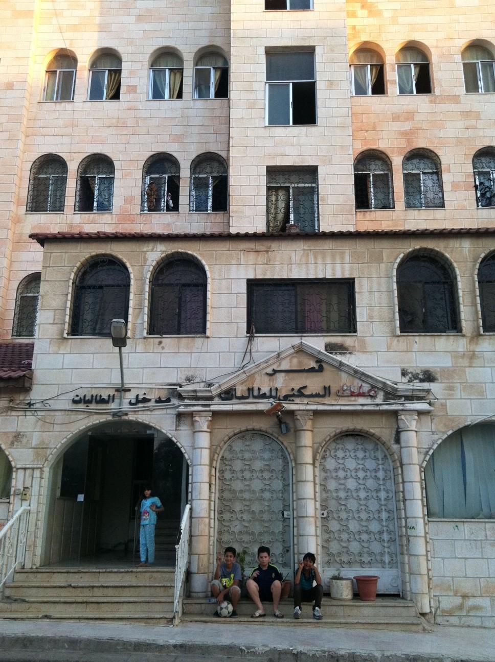 Des familles syriennes ont trouvé refuge dans cet immeuble du centre-ville d'Irbid en Jordanie. Août 2013. www.merblanche.com all rights reserved
