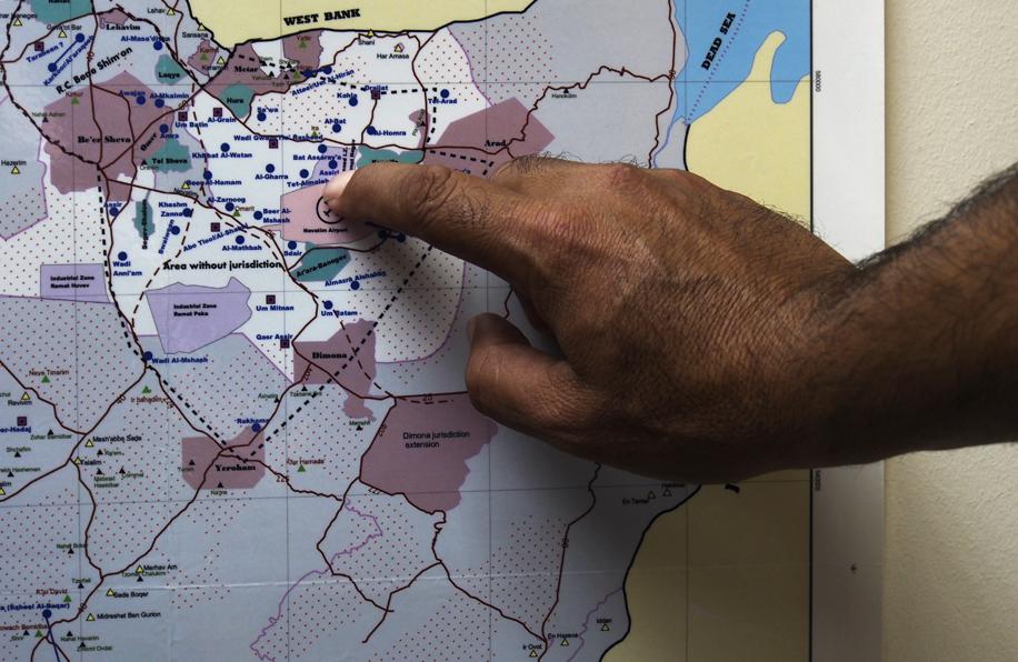 Thabet montre la Ziyag zone (en blanc) où on été regroupés les bédouins du Néguev depuis les années 50. Photo (c) Mouna Saboni www.merblanche.com all rights reserved