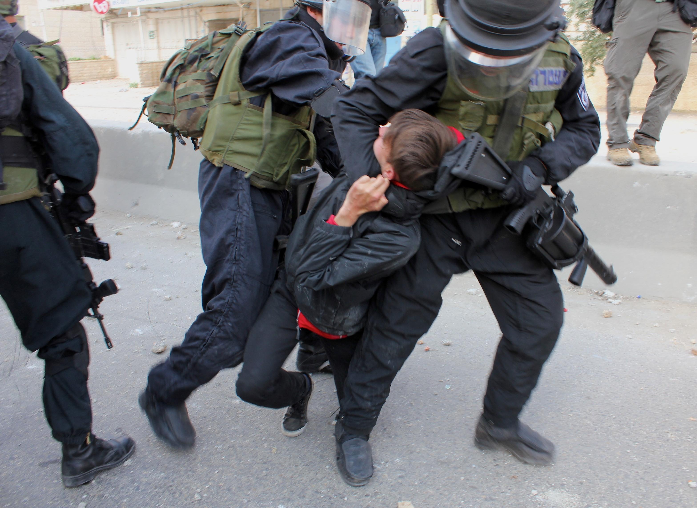 Un manifestant arrêté par des soldats israéliens au checkpoint de Qalandia lors d'une manifestation en mars 2011 www.merblanche.com all rights reserved