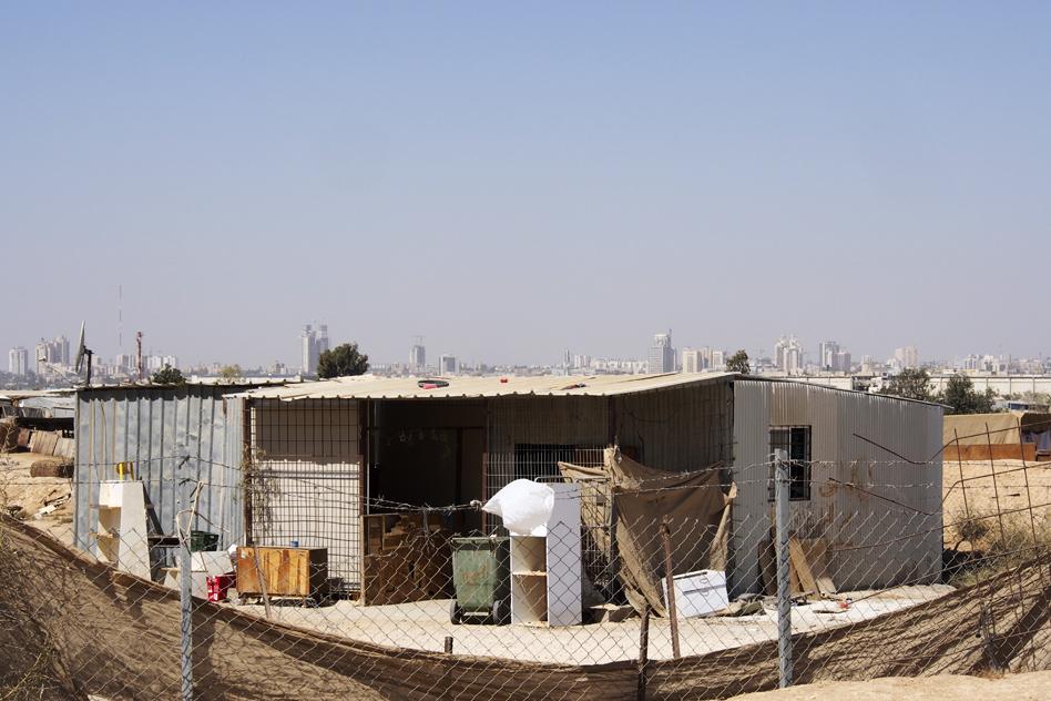 Une maison bédouine dans un village non reconnu du désert du Néguev. Photo (c) Mouna Saboni www.merblanche.com all rights reserved
