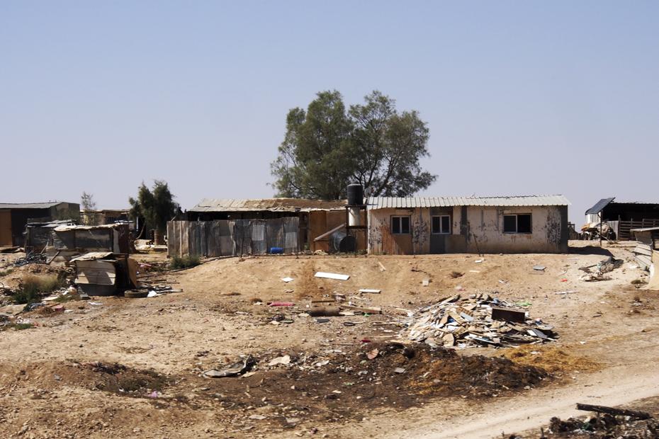 Maisons bédouines dans un des 35 villages non reconnus dans le désert du Néguev. Photo (c) Mouna Saboni www.merblanche.com all rights reserved